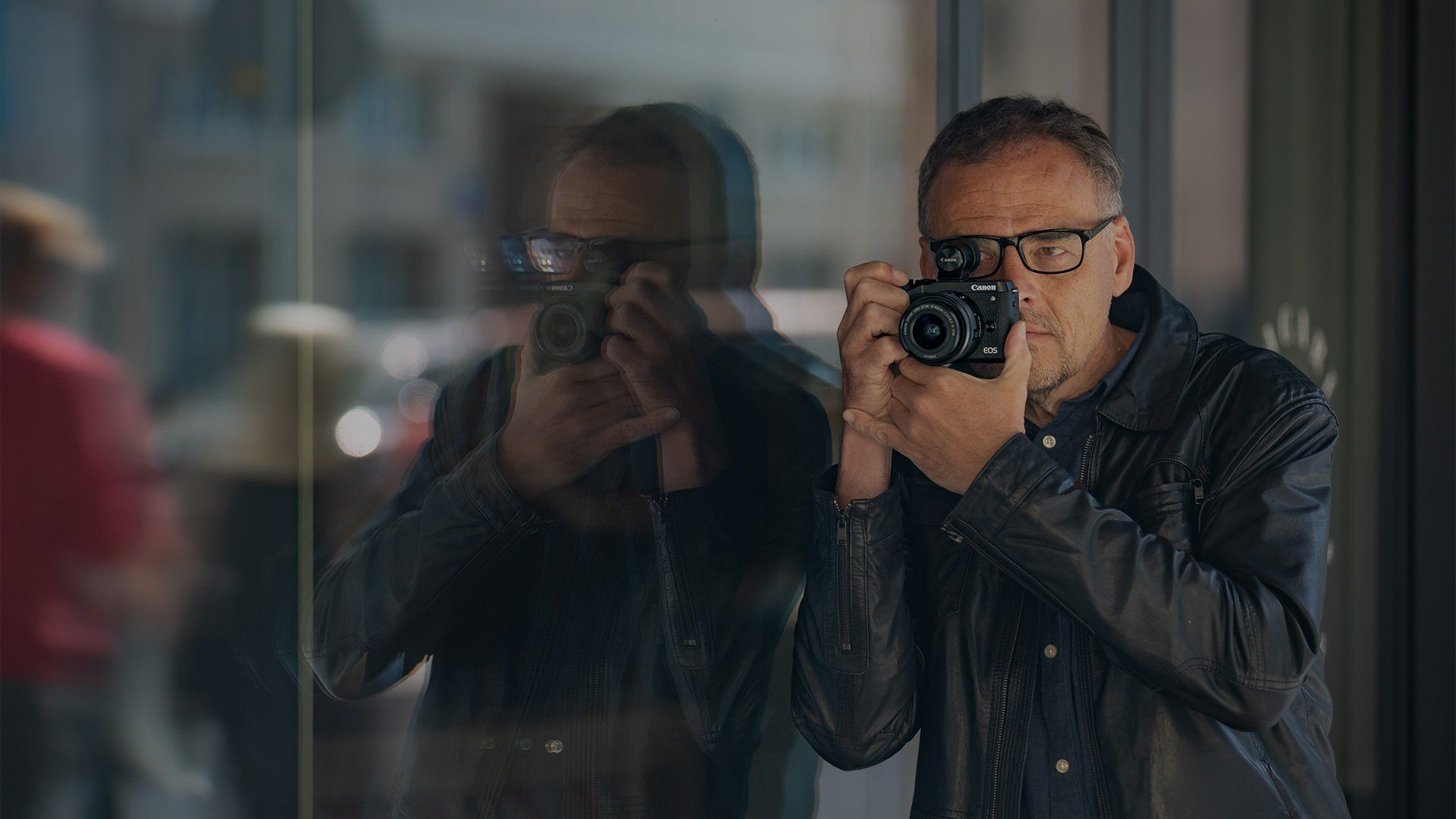 Piotr Malecki shooting on the streets of Warsaw with a Canon EOS M6 Mark II.